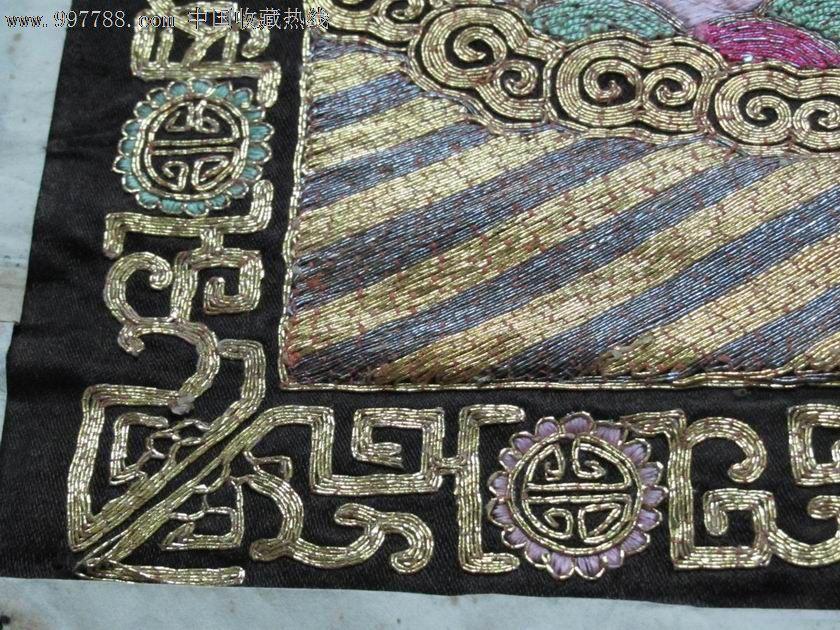 白鹇,五品,清代文官官服,漂亮。明代发明的补子,清代沿用,但形制上有些区别。明代补子织在大襟袍上,所以补子前后都是整块。清代补子是缝在对襟褂上的,因此补子前片都在中间剖开,成两个半块。明代补子以素色为多,底子大多为红色,上用金线盘成各种图案;五彩绣补较少见。清代补子大多用彩色,底子颜色很深,有绀色、黑色和深红等。明代补子四周,一般不用边饰。清代补子都装饰有花边。明代有些文官(如四、五、七、八、九品)的补子,常织绣一对禽鸟。而清代的补子都绣织单只禽鸟。清代命妇礼服也缀有补子,所绣纹饰,视其夫或子的品级而定。