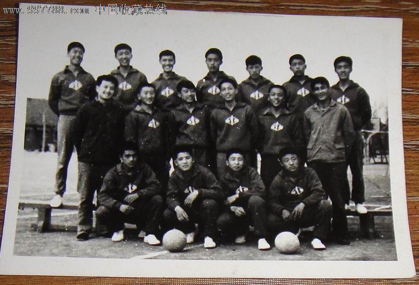 老照片;文革【淄博市博山区男子排球队合影】1975.4.20