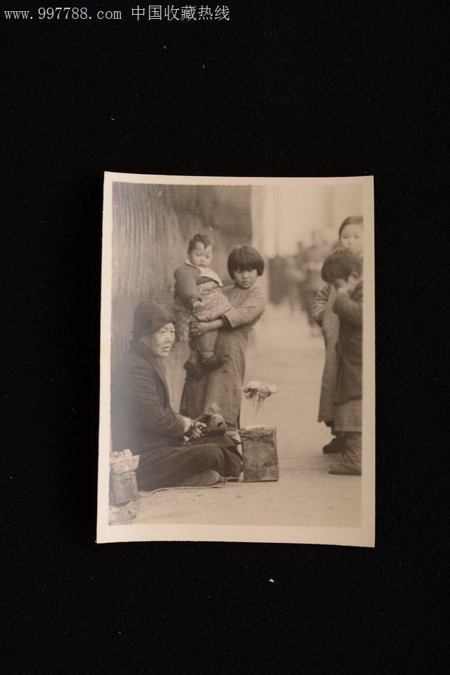 民国上海街道行乞的尼姑和抱小孩的儿童老照片