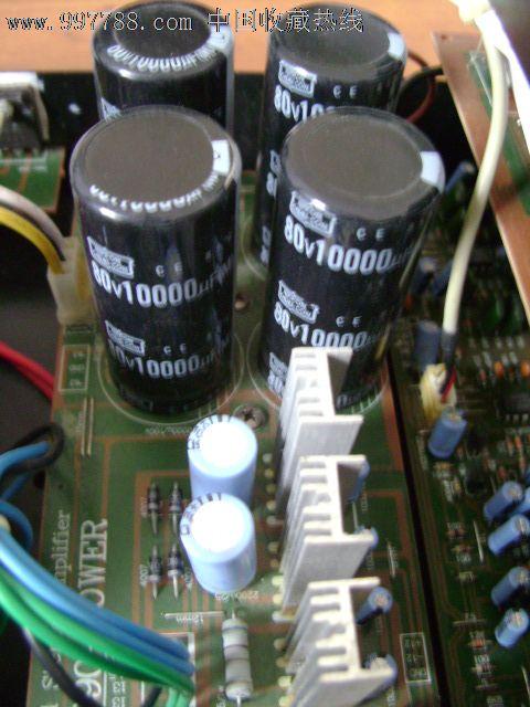 该机特点:1、开机后自动搜寻信号,自动确定信号通道。本机4对信号通道。2、开机自动调整音量大小,无论音量旋钮在什么位置,开机一律归零,然后自动调整至适量。3、可以遥控,但没有遥控器。4、大功率变压器,变压器几乎和机箱一样高,功率估计有600W。5、4万微法大水塘。6、每声道4对日本功率管,散热片相对安装构成风道,采用2个风扇,平时有信号外面的风扇启动。7、声音因受器材搭配、个人水平、环境因素影响,不做评价。只保证各功能正常。8、机器裸重28斤,包装好一般要30-32斤左右,太重只发佳怡物流或华宇到付