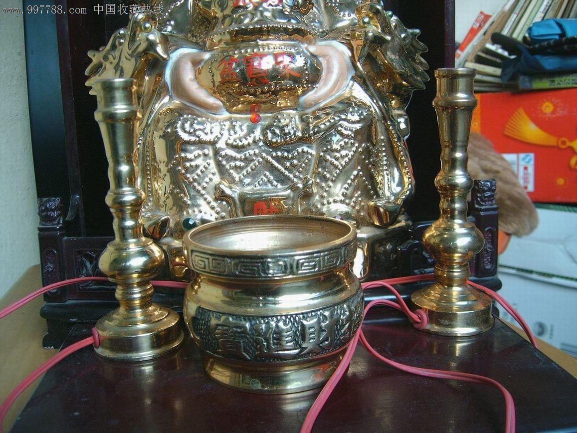 带神龛,香炉和烛台的财神爷