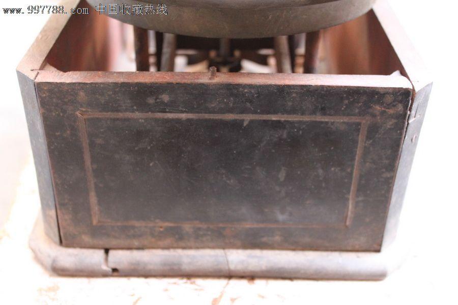 一个托盘25.2厘米,一个托盘24.2厘米底座长51.5厘米宽20厘米高11.8厘米此天平应该是民国以前钱庄里面称银子用的最精确的衡器,市场上只见到秤砣,如此大的天平非常少见也就显得非常珍贵,底座木质较硬,自己不懂什么木质,上面应该缺块木盖子