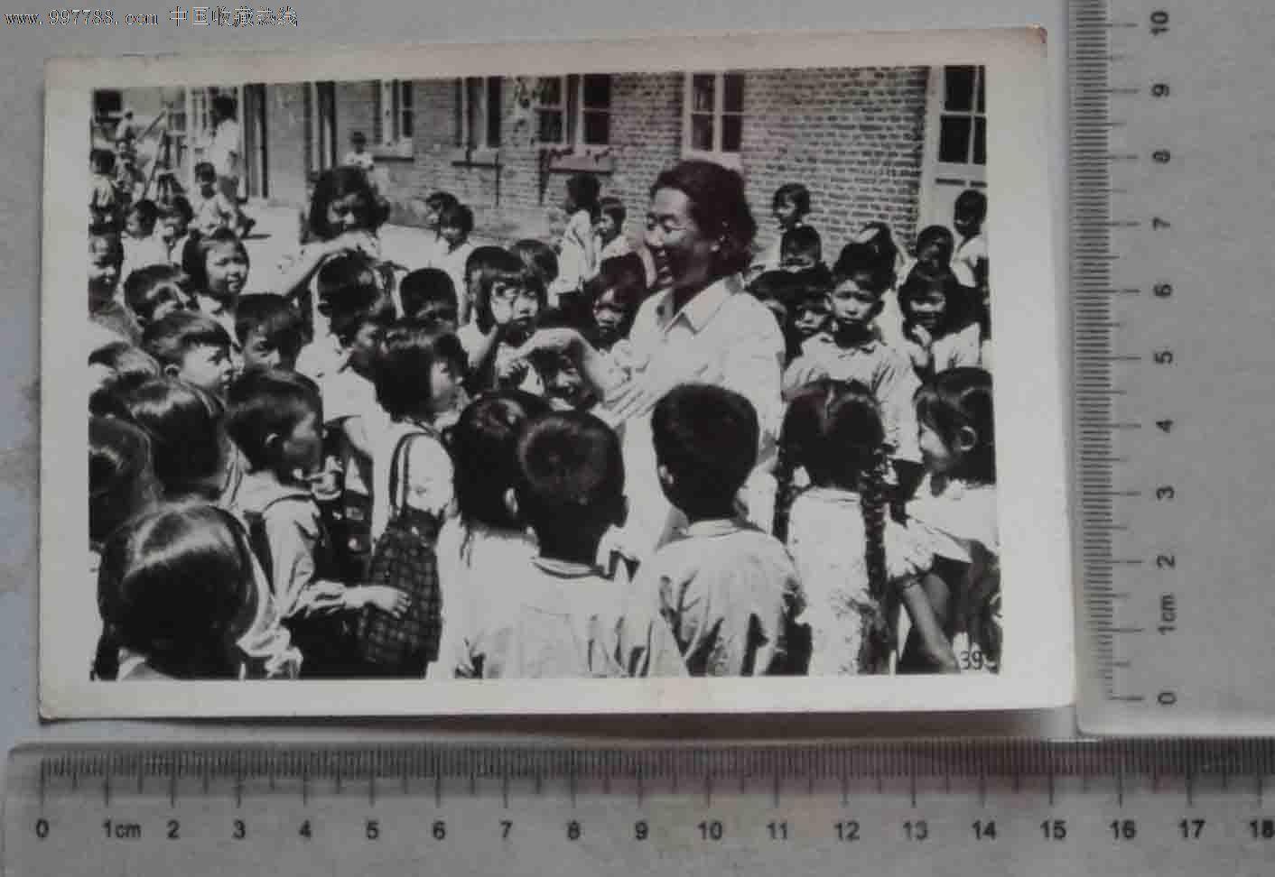 老师与可爱的孩子们合影(老照片)