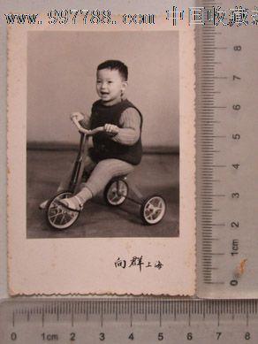 骑车的小男孩