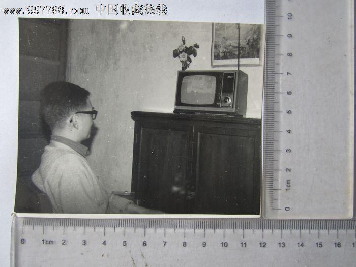 男子看电视留影-se16226843-老照片-零售-7788收藏