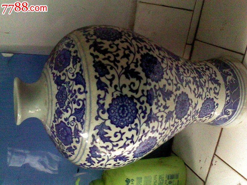 用动物的脚印画花瓶