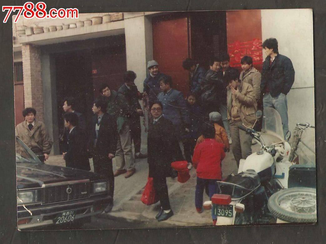 90年代农村结婚场面--观看迎亲车队的乡亲们