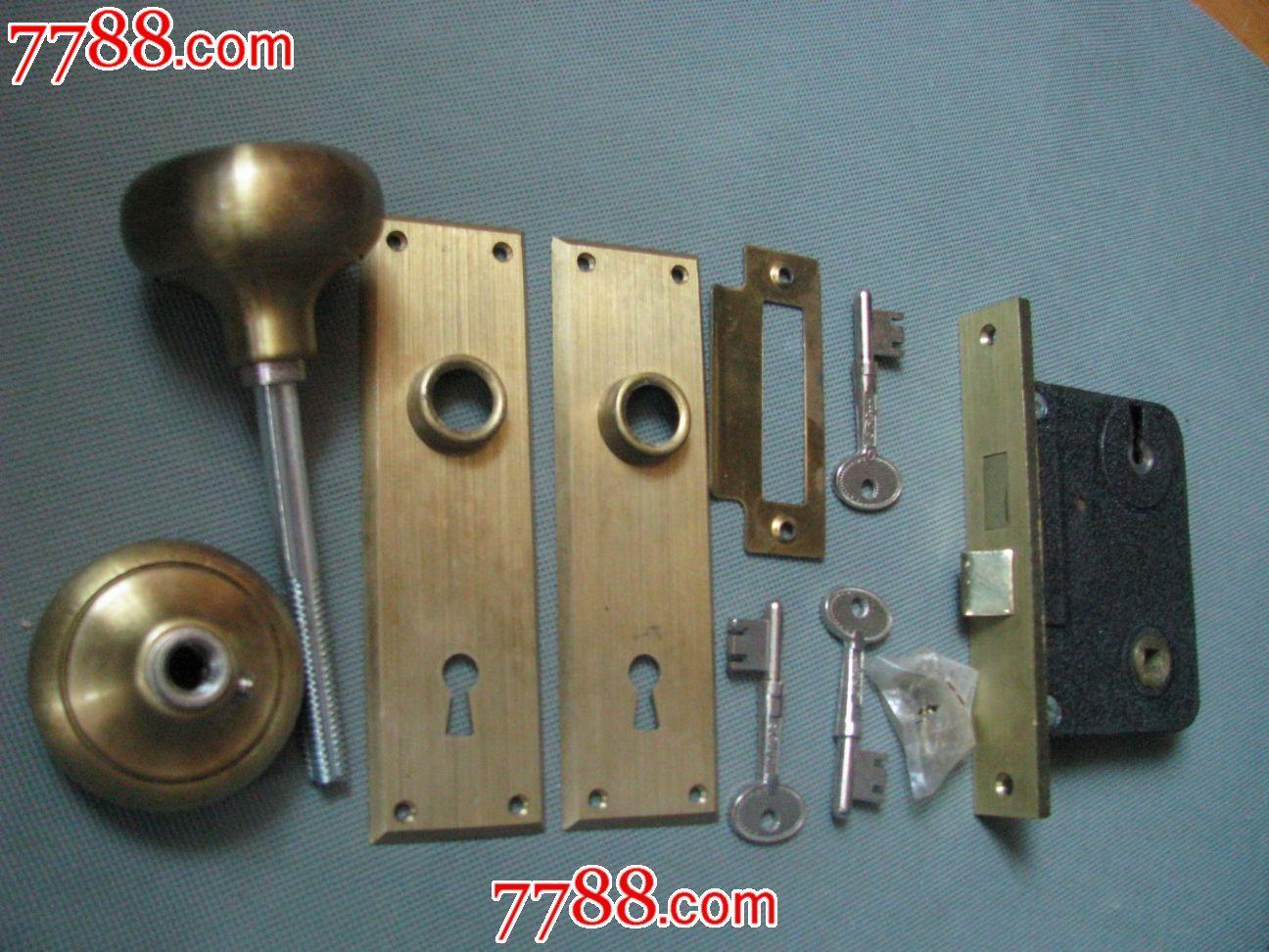 一把钥匙上有外文老式铜门锁铜锁