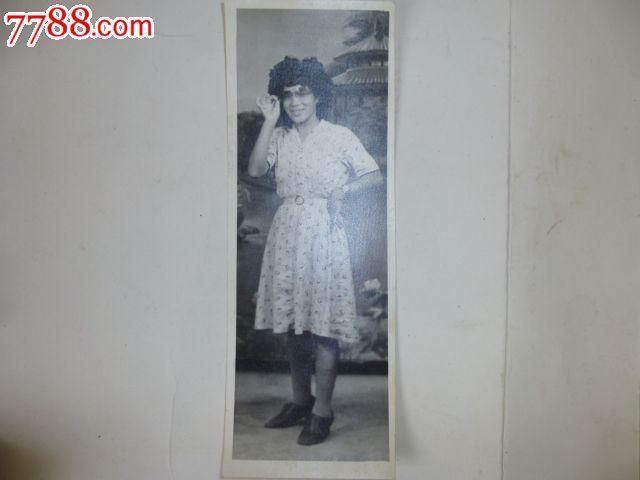 单张,无底片, 简介: 烫发头,太阳镜,带手表,连衣裙,此规格的照片少见