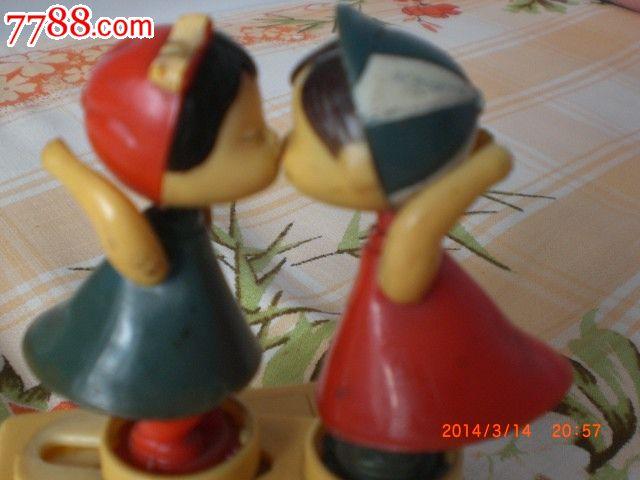 小男孩,小女孩亲嘴玩具