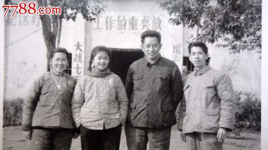老相片,大队干部和赤脚医生一起,10 8厘米3,背面是毛主席语录图片