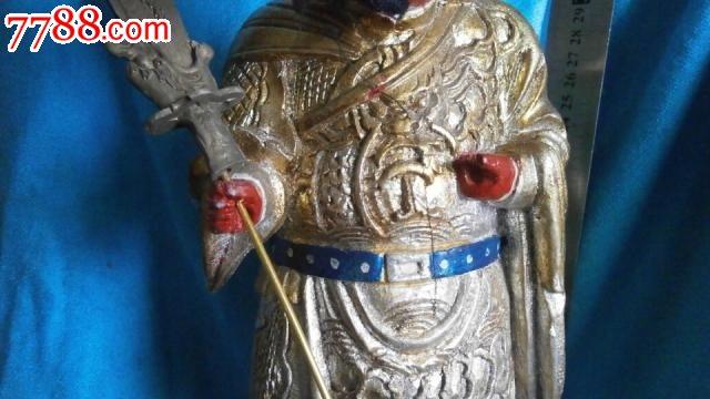 关公木雕像,在木头上的油漆,高36宽13厘米,头侧面开裂