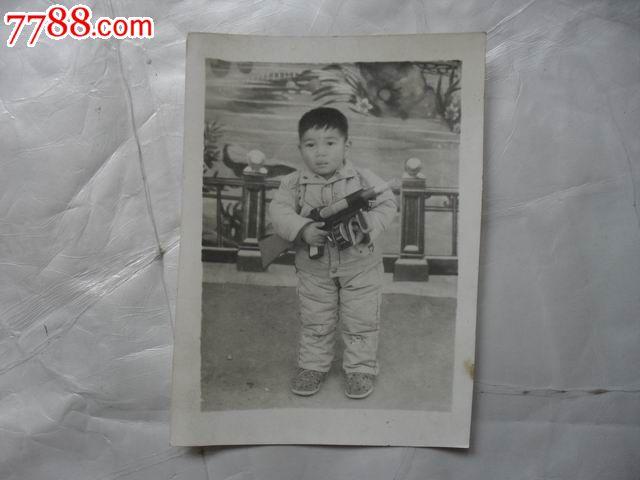 手拿玩具枪的可爱小男孩