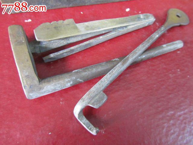 钥匙形状奇怪的大铜锁
