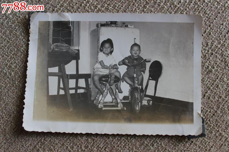 五十年代原版老照片儿童骑车骑木马居家花边合照128