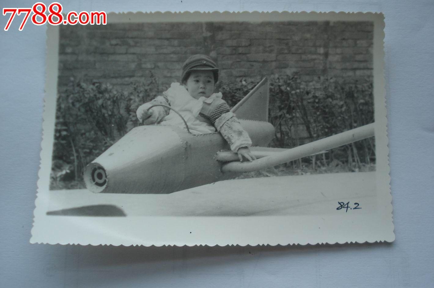 坐飞机的小朋友