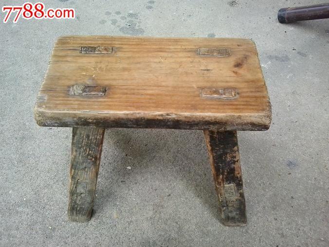 木凳子一张