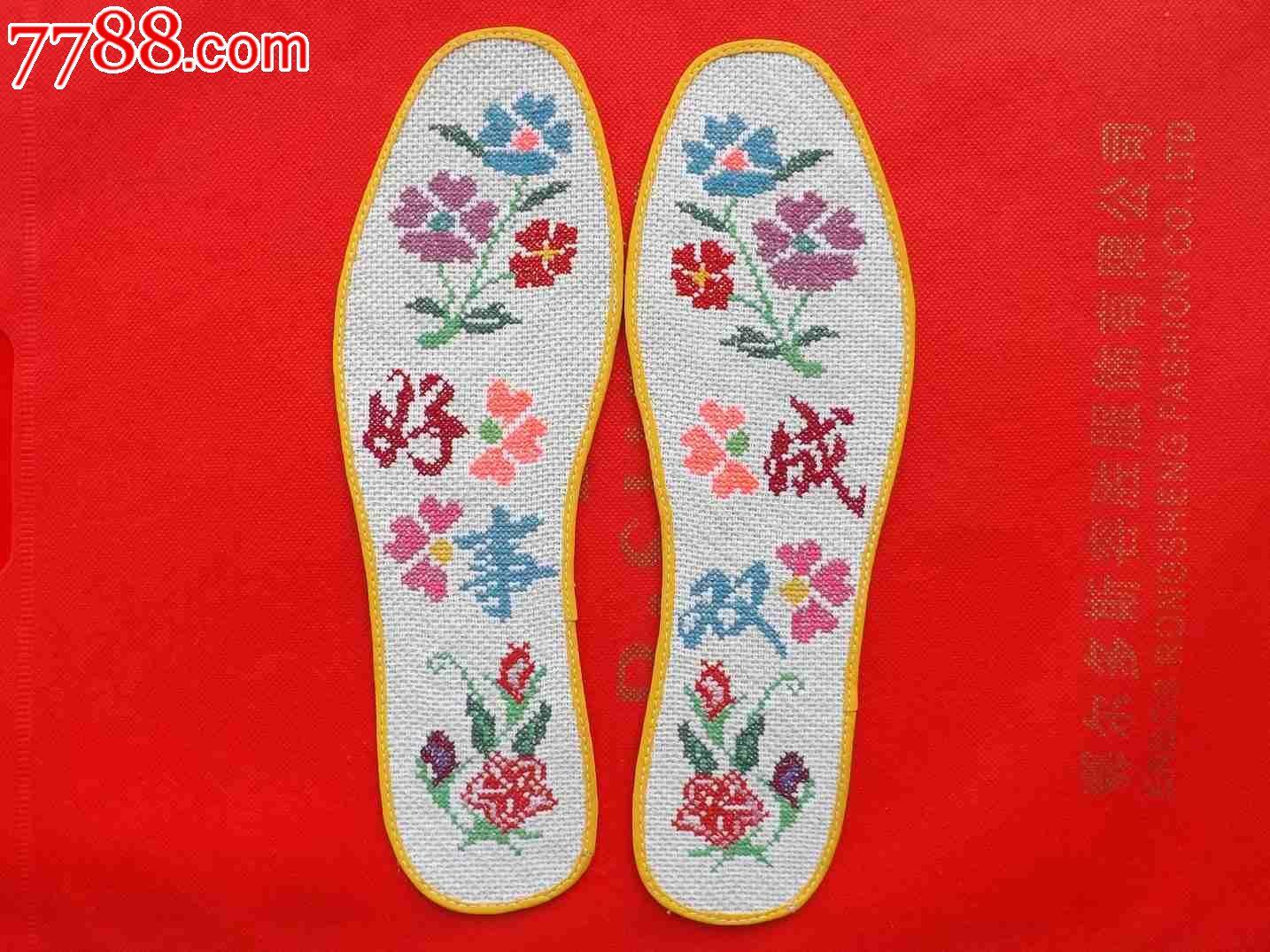 纯棉布绣花鞋垫,是由多层棉布加层、粘贴、剪样、定型,再由一针一线,纯手工功夫,千针万线,绣制而成。每双厚度0.55CM,结实耐穿(35年)。鞋垫穿洗后,不卷曲不走型。纯棉绣花线不起毛、不结疙瘩、不褪色。试售期间不计材料和工时费,每双20元,零利润不议价。(男士:4143码)