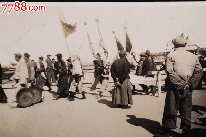 民国1930年山东青岛崂山街道上敲锣打鼓人原版老照片